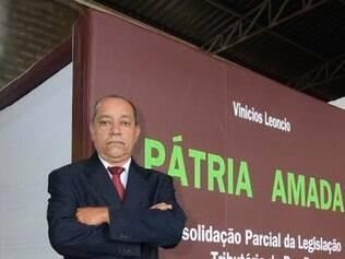 Advogado mineiro Vinicios Leoncio publica livro de 7,5 mil toneladas criticando a legislação tributária no Brasil