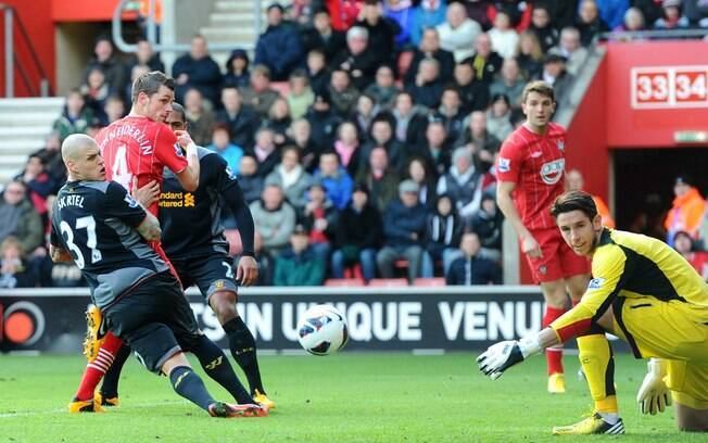 Atleta do Southampton chuta para marcar na  vitória sobre o Liverpool