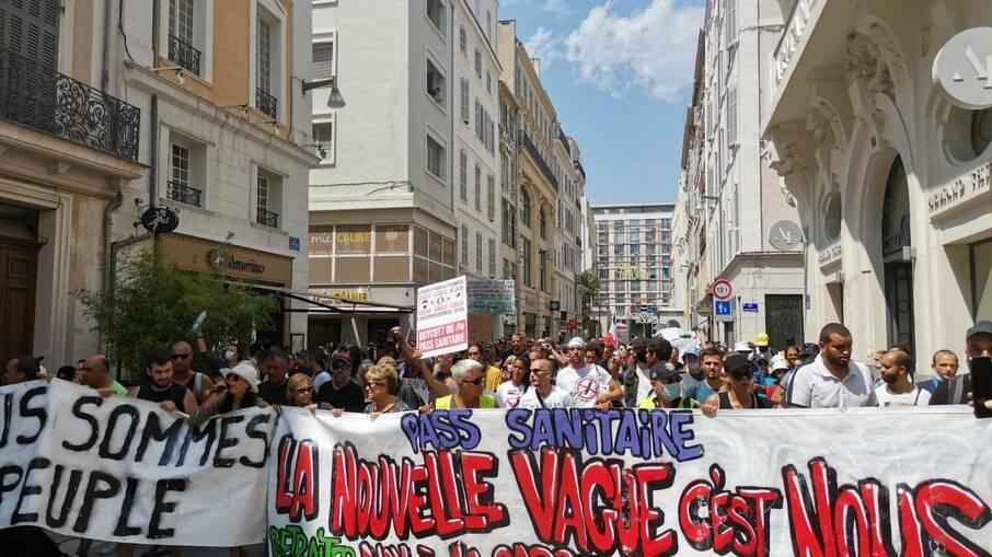 Manifestantes franceses marcham contra vacinação obrigatória