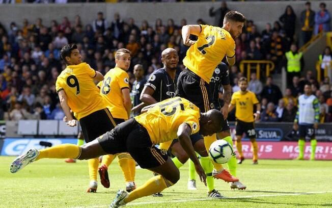 Boly, do Wolverhampton, marcou gol de mão contra o Manchester City