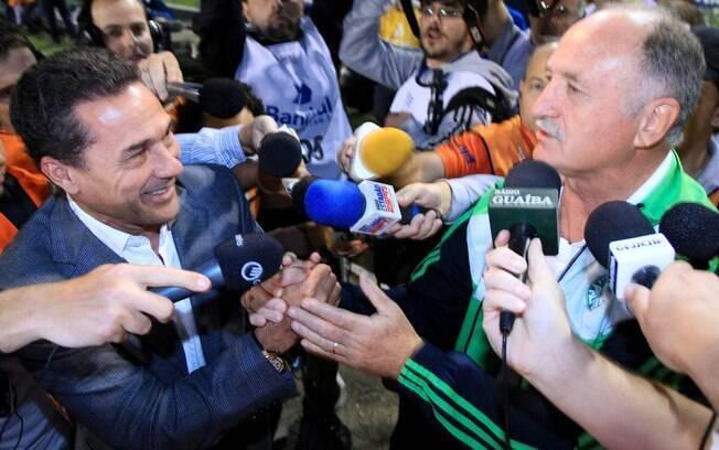 Velhos conhecidos e ídolos de Palmeiras e  Grêmio, Felipão e Luxemburgo se cumprimentam antes  da partida