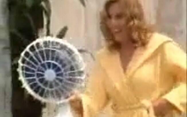 Nazaré Tedesco com o ventilador em mãos antes de matar o taxista