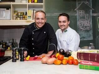 """A dupla de chefs Sérgio Figueiredo e Gabriel Trillo criou um curso para ajudar quem não entende nada de cozinha. As lições partem do mais básico possível, com receitinhas """"bê-a-bá"""""""