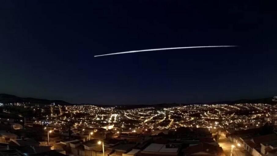 O fenômeno foi visto na madrugada desta segunda-feira (22) pela região Sudeste do país