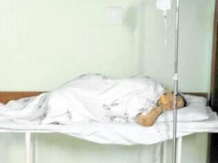 Por falta de vagas, pacientes ficam jogados nos corredores