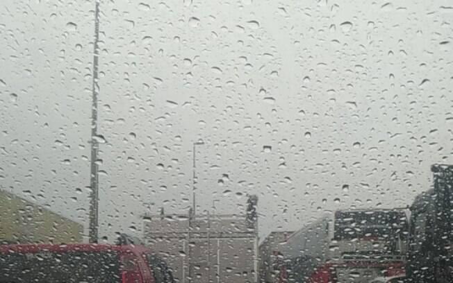 São Paulo amanhece com chuva e temperaturas baixas.