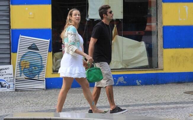 Luana Piovani e Pedro Scooby caminham pelo Leblon na tarde de sexta (06)