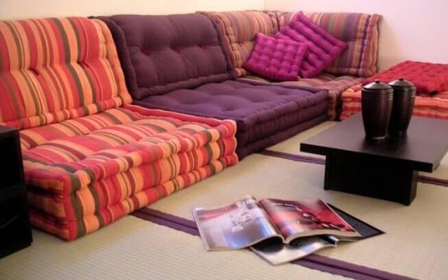 Os futons, tradicionais sofás-cama japoneses deixam o ambiente com ar mais descontraído