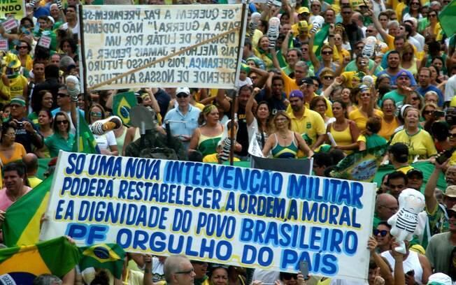 Em ato no Rio, cariocas também pediram intervenção militar. Foto: Alessandro Buzas/Futura Press - 13.03.16
