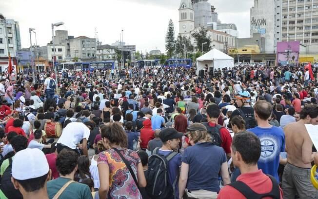 Manifestantes reunidos no Largo da Batata, zona oeste, antes do início do protesto desta terça