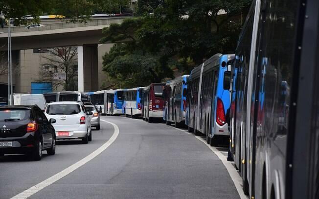 Motoristas de ônibus do transporte público municipal, fazem protesto, parando os ônibus nos corredores de ônibus da avenida 23 de Maio