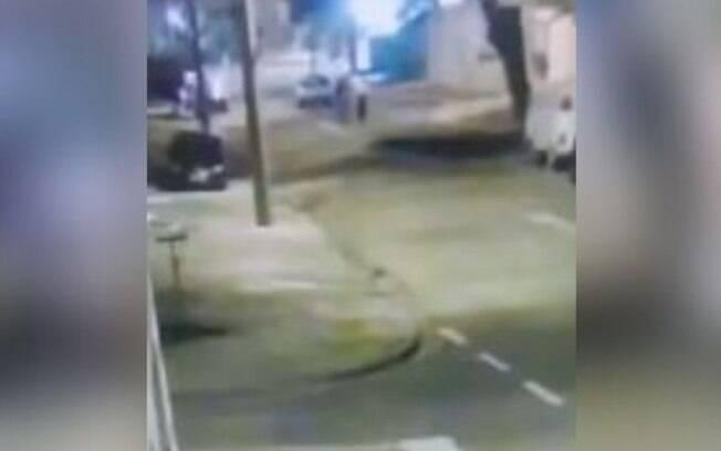 Sem freio de mão, carro desce rua e quase atropela pedestres em Campinas