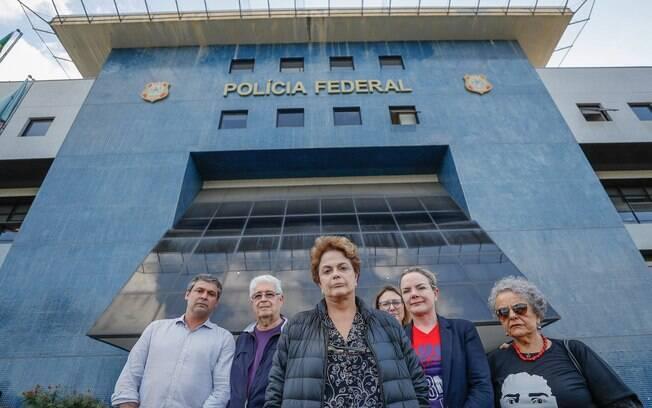Dilma Rousseff e petistas em frente à Superintendência da Polícia Federal em Curitiba, onde Lula está preso