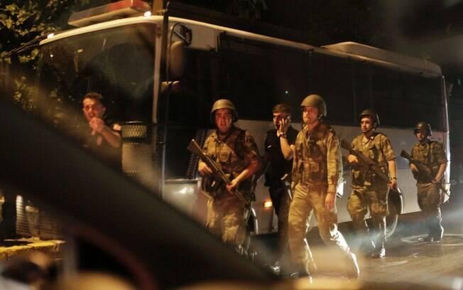 Soldados turcos fazem guarda durante um bloqueio em uma ponte sobre o estreito de Bósforo, em Istambul