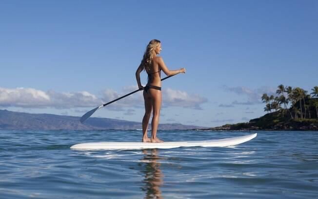 Dá para praticar diversos esportes aquáticos no Havaí, como stand up surfe
