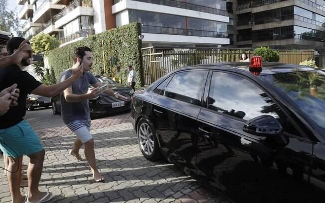 Bolsonaro sai de casa para acompanhar casamento do filho, Eduardo Bolsonaro, que está marcado para às 17h