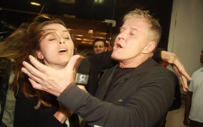 Diretor e repórter e o beijão na estreia da novela