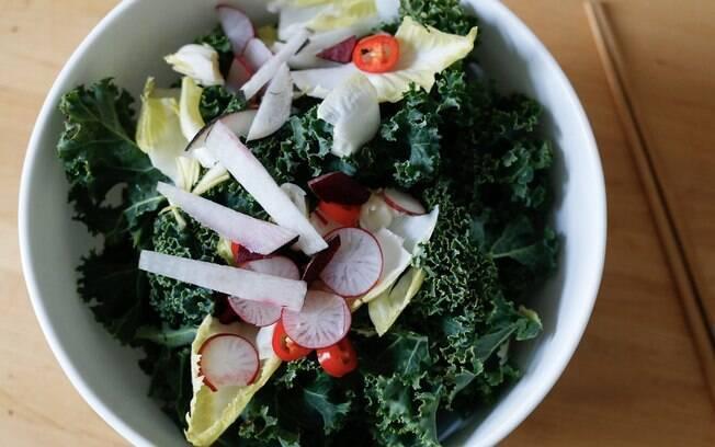 O que você coloca no prato está na lista de comidas saudáveis? Se gosta de couve está no caminho certo