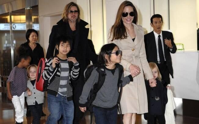 Angelina Jolie e Brad Pitt com os seis filhos no Japão