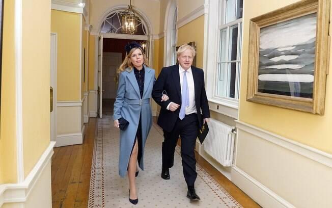 Boris Johnson e Carrie Symonds homenagearam os médicos que cuidaram do primeiro-ministro e avós no nome do filho