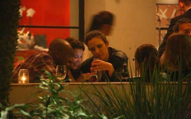 Ivete Sangalo, Fernanda Souza e Thiaguinho ficam entretidos com o celular