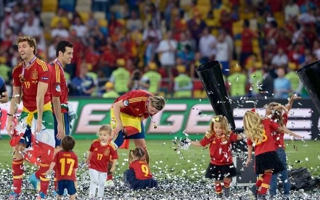 Os pequenos filhos dos jogadores da Espanha brincam com seus pais. Foto   Getty Images 63f48b4771edc