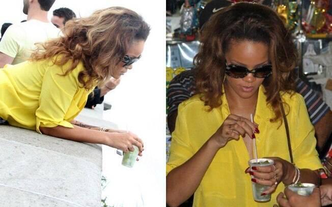 Rihanna não largou o copo de caipirinha...