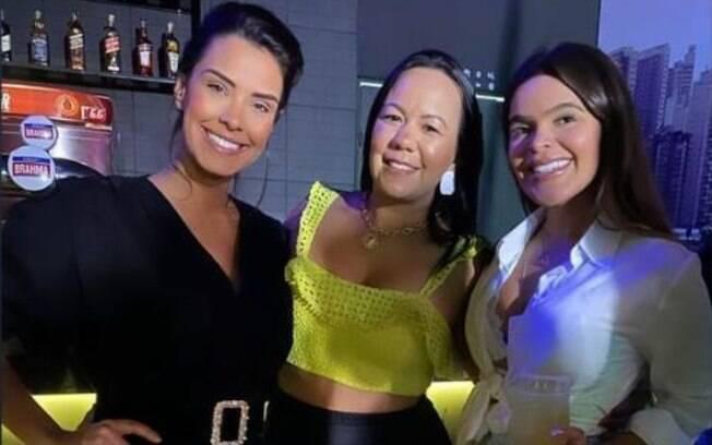 Solteira, ex-BBB curte festa com amigas