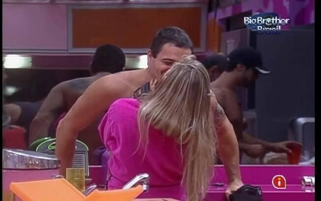 Renata e Rafa se beijam na cozinha