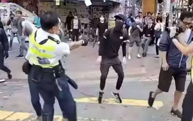 Nas imagens, é possível ver o momento em que o manifestante é atingido na região da barriga