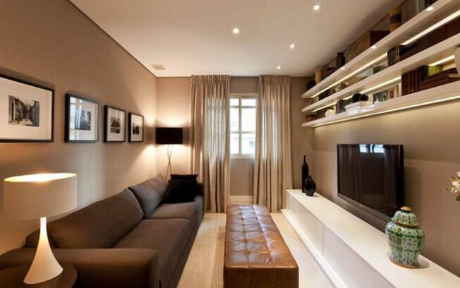 Maurício Karan escolheu tons e materiais para transmitir aconchego e absorver som e luz neste pequeno home theater