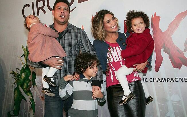Ronaldo Nazário carrega a caçula, Maria Alice, a mulher, Bia Antony, com Maria Sofia. Entre o casal Alex, filho do ex-jogador.