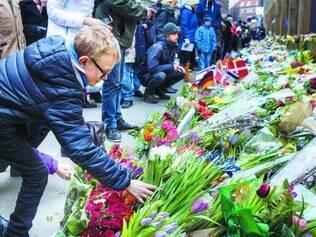 Comoção. Dinamarqueses colocam flores para homenagear as vítimas do ataque do fim de semana