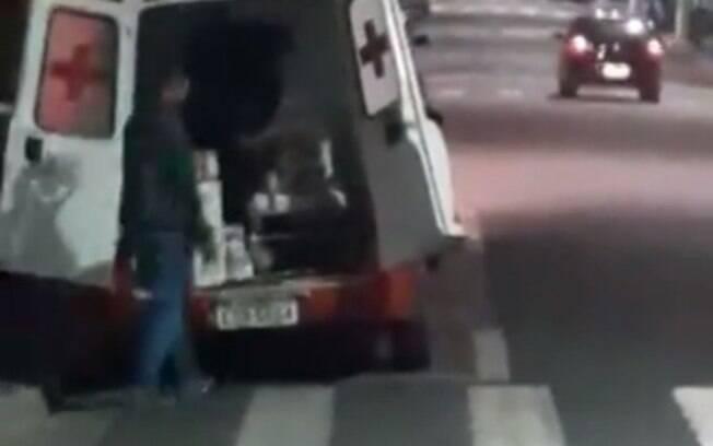Funcionários foram flagrados em vídeo no último sábado (28)