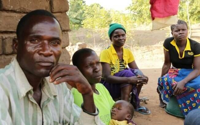 Aniva com sua família: Fanny, uma das duas esposas, sua filha mais nova, a cunhada a uma antiga cliente