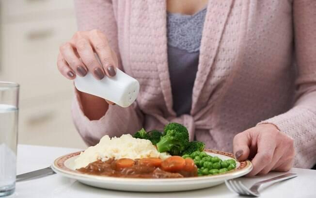 Comer muito sal faz mal, como já sabemos. E agora, o que fazer?