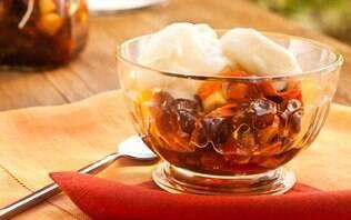 Frozen de iogurte com compota de frutas secas