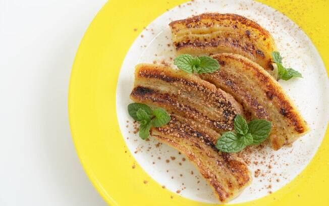 Banana assada com canela é uma sugestão de sobremesa quentinha e light para comer no inverno - ou em qualquer época do ano