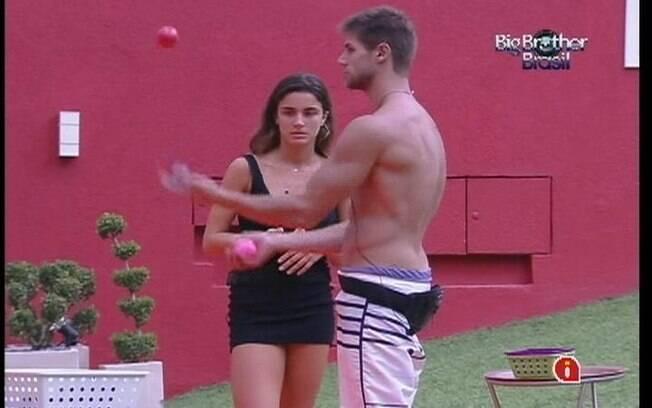 Jonas ajuda Laisa no treino para a Prova da Comida