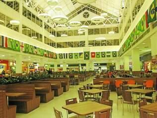 Metrpolitan.  Praça de Alimentação está decorada com bandeiras das seleções que participam da Copa