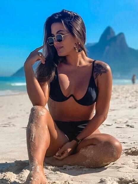 Carol Peixinho aproveita segunda-feira de sol em Ipanema
