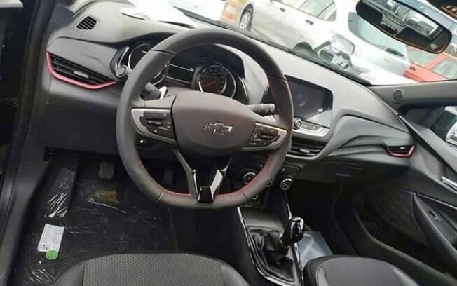 Interior do Chevrolet Onix RS contará com volante revestido de couro com costuras vermelhas entre os itens exclusivos