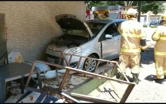 O veículo teria desviado de um outro carro, quando a motorista perdeu o controle e invadiu o restaurante