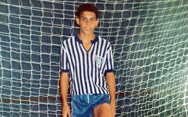 Ronaldo, ainda na adolescência, em quadra de  futsal