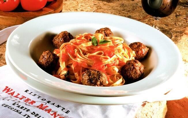 Foto da receita Talharine com molho de tomate e almôndega pronta.