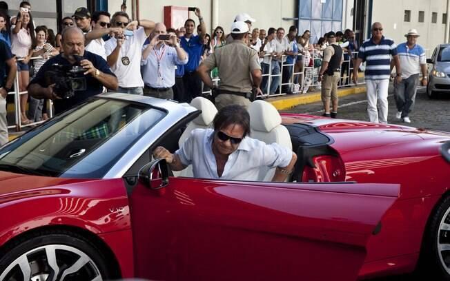 Roberto Carlos chegou em um carro conversivel Cruzeiro Emoções Em Alto Mar, neste sábado (4)