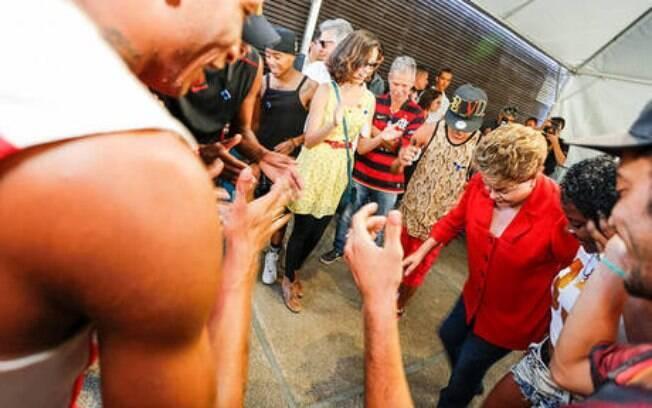 Dilma atente a pedidos e dança funk em encontro com a juventude em Belo Horizonte (13/9)