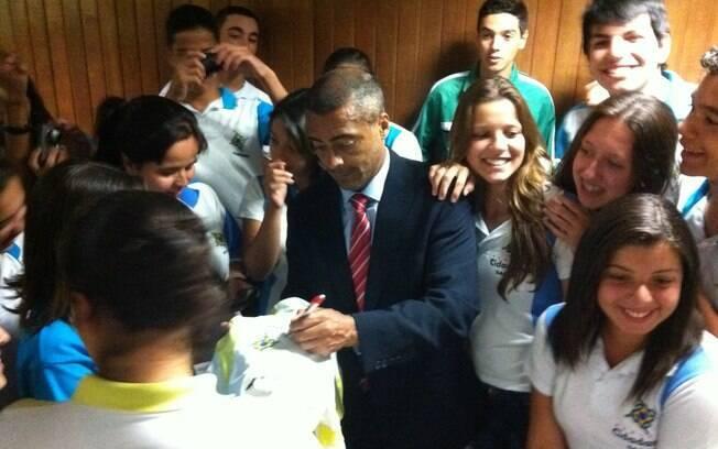 Romário atende fãs na Assembléia Legislativa  de São Paulo