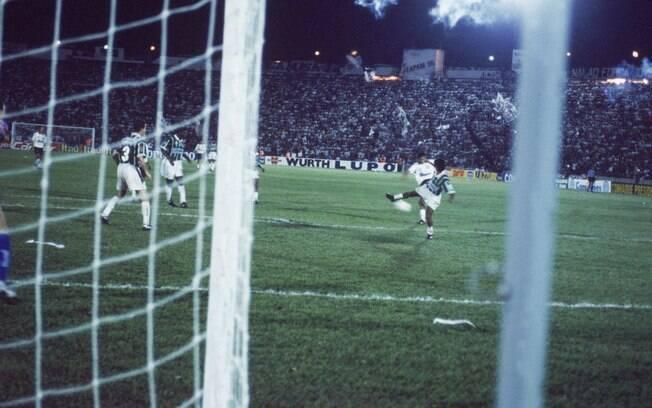 Elivelton fez o gol do título do Corinthians no Paulista de 95 sobre o Palmeiras e comemorou tirando a camisa. Mas ele tinha outra por baixo porque sabia que marcaria