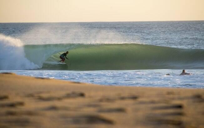 Surfista aproveitando ondas da praia de Peniche, uma das mais famosas do país